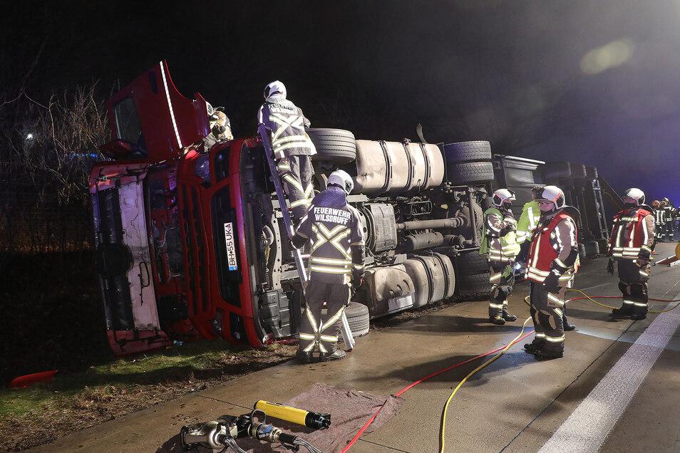 Als Gruppenführer leitete Siegfried Sautner (2. von rechts) die Rettung des Fahrers und seines Beifahrers. Jetzt ist er in Quarantäne.