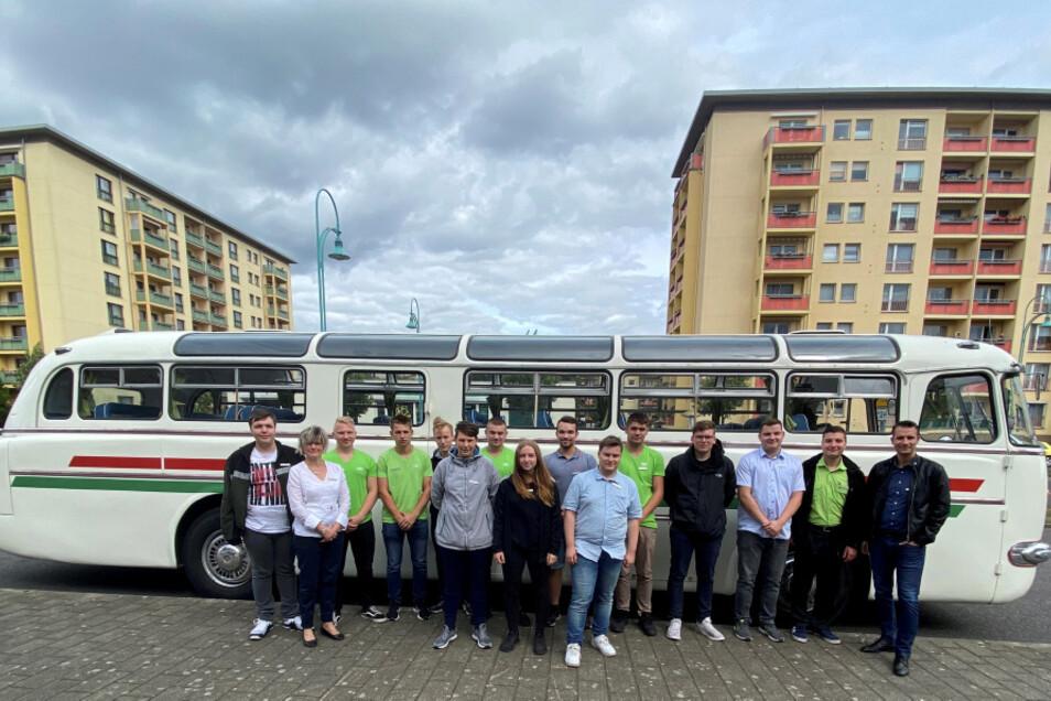 Mit diesem Ikarus 55 ging es am Azubitag durch Hoyerswerda zu den Firmenstandorten der SWH-Gruppe. Sechs junge Leute haben vor wenigen Tagen eine Ausbildung im Unternehmensverbund begonnen.