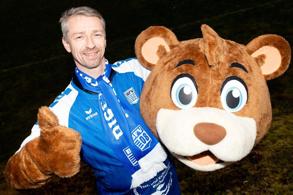 René Thomas ist der Mann im Kostüm des Schiebocker Maskottchens, das sowohl für den BFV 08 als auch für den Tierpark wirbt. Am Wochenende tritt er bei der Ski-WM der Maskottchen an – Daumen hoch für Bischofswerda.