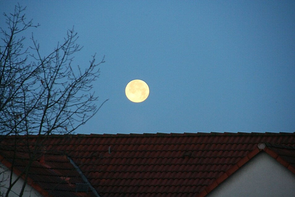 Sobald sich der Mond  heute Abend am Horizont zeigt und Wolken nicht die Sicht  verdecken,  wird  er sich bereits teilweise im  Erdschatten befinden.