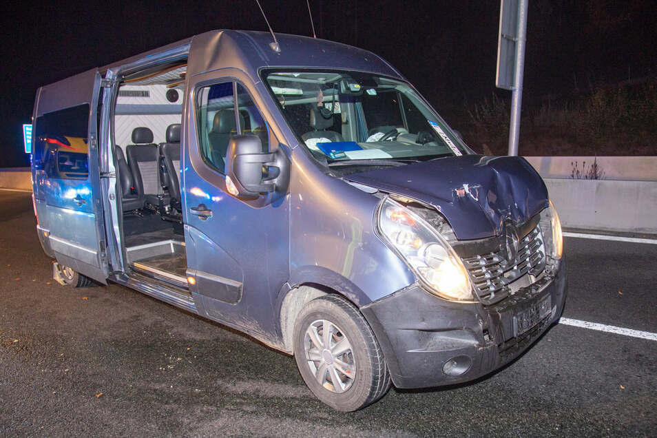 Dieser Renault-Transporter ist Dienstagabend auf der A 4 auf einen Laster aufgefahren. Dabei sind alle fünf Insassen verletzt worden.