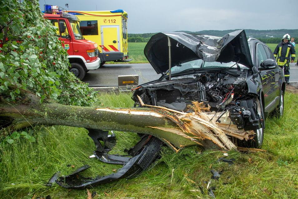Bei einem Unfall zwischen Wölkau und Rothnaußlitz prallte am Donnerstag ein Autofahrer gegen einen Baum.