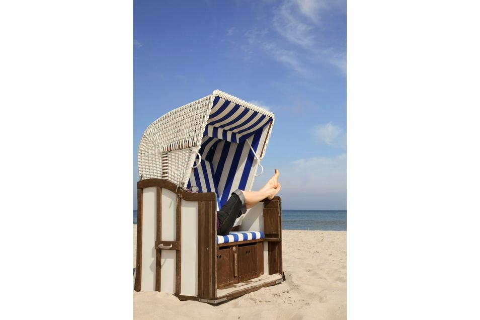 Begehrt wie einst die Liegen am Pool von Mallorca: der Ostsee-Strandkorb als Sonnenschutz. Er kostet 10 bis 13 Euro am Tag.