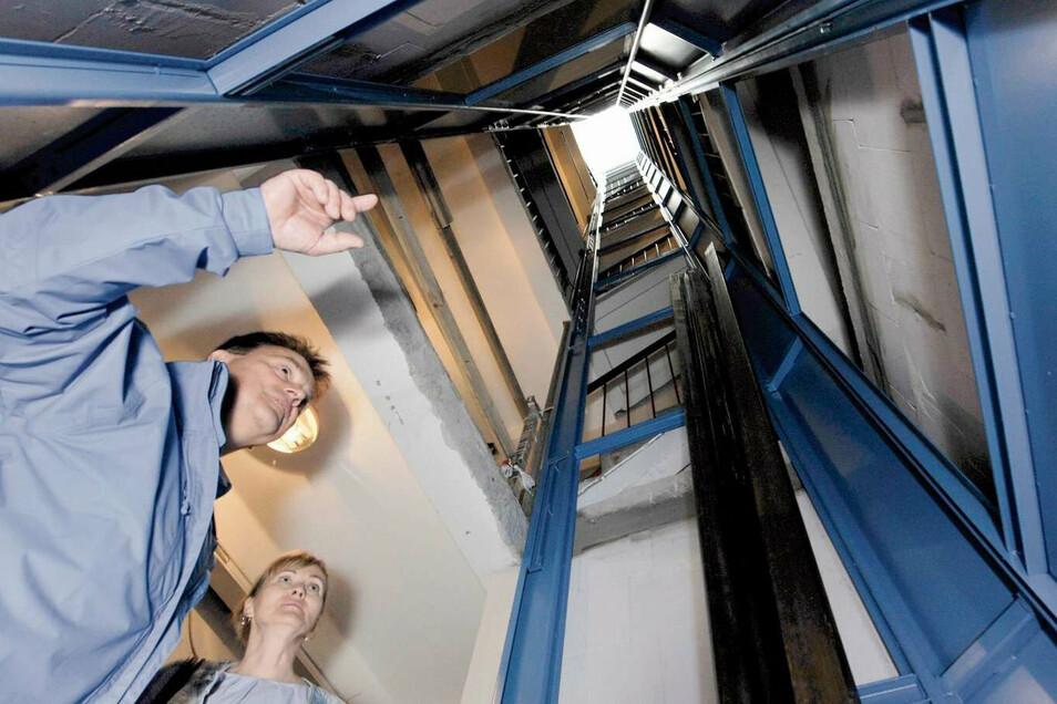 Ein imposanter Blick in den Fahrstuhlschacht – auch für die Vorstände Dietmar Lange und Annegret Besser der Wohnungsbaugenossenschaft Weißwasser eG.