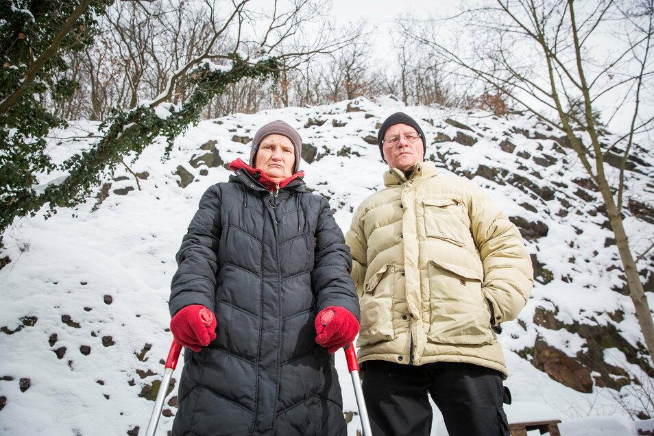 Beate Lange und Jost Hartmann können es nicht glauben: Ihr Kletterfelsen muss zurückgebaut werden.