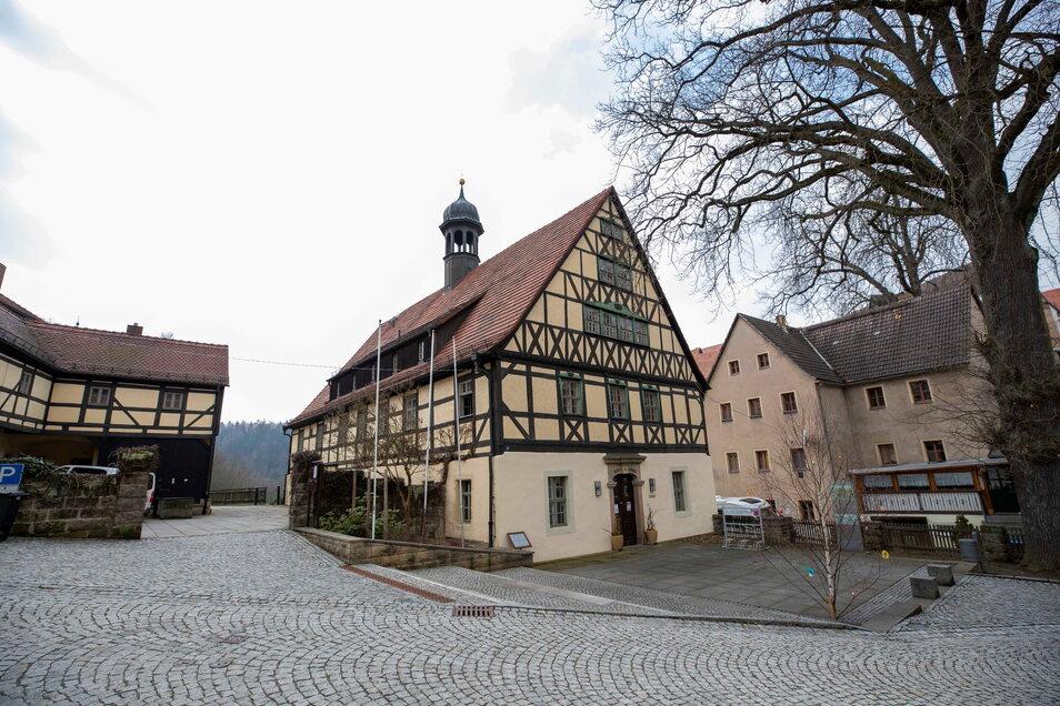 Seit 1688 steht das Rathaus in Hohnstein sicher auf seinen Mauern. Und jetzt?