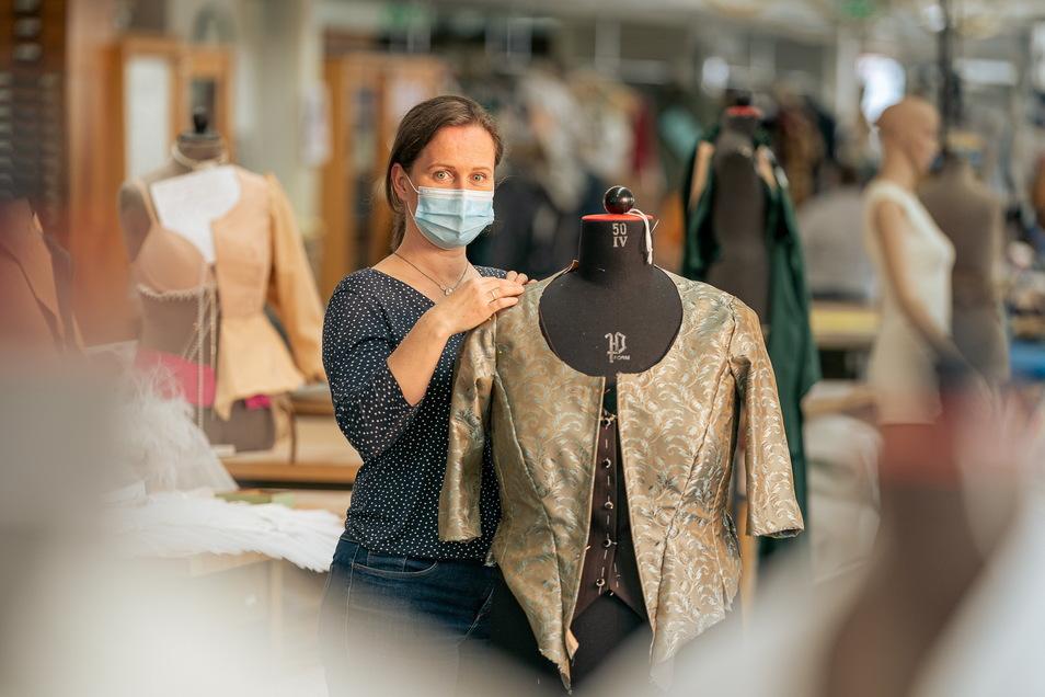 Nicole Wagner arbeitet seit 23 Jahren als Schneiderin für die Semperoper im Herzen von Dresden.
