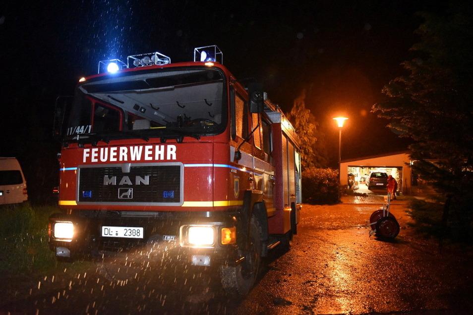 FIn Steina haben die Kameraden der Feuerwehr eine Familie unterstützt, deren Grundstück von Schlamm und Wasser überflutet wurde.