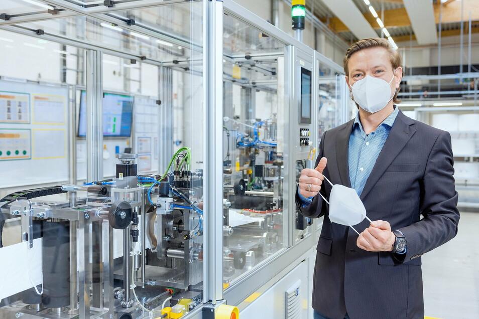 Tobias Reissmann, Geschäftsführer der Firma Xenon Automatisierungstechnik GmbH, mit der Eigenentwicklung einer FFP2-Maske.