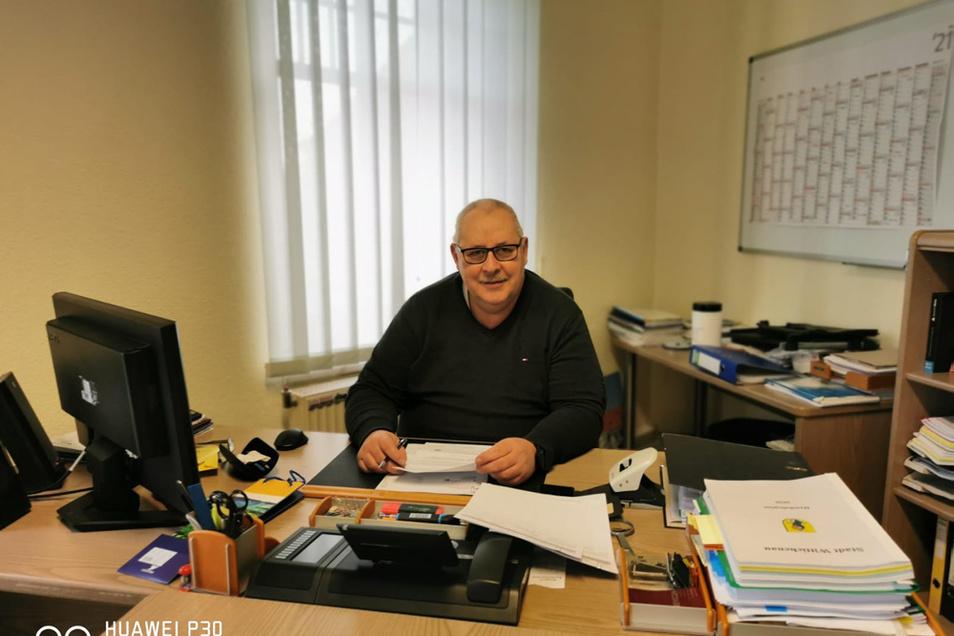 Thomas Woelke in seinem Büro im Wittichenauer Rathaus.