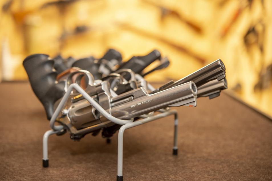 Im Landkreis befinden sich momentan 4.950 erlaubnispflichtige Waffen in privater Hand.