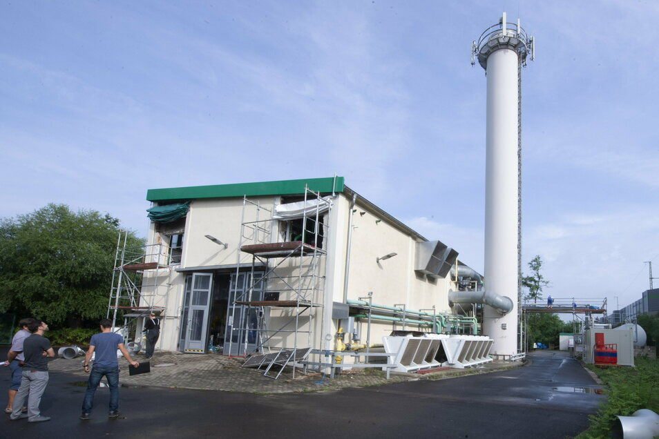 Das Blockheizkraftwerk der Technischen Werke Coswig ist im Sommer modernisiert worden. Zwei gasbetriebene Motoren zur Stromerzeugung sind installiert worden. Durch neue Reinigungsmethoden wird der Stickoxidanteil im Abgas reduziert.