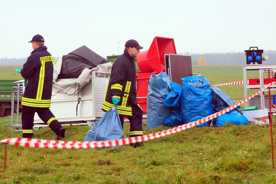 Kameraden der Feuerwehr waren mit im Einsatz auf dem Hof in Markersdorf.
