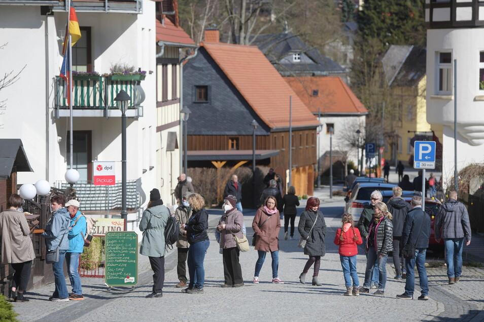 Viele Ausflügler zog es ins Zittauer Gebirge. Bei Sonnenschein spazierten die Menschen auch durch Oybin. Die Gastronomen waren darauf vorbereitet und verkauften Eis, Speisen und Getränke außer Haus.