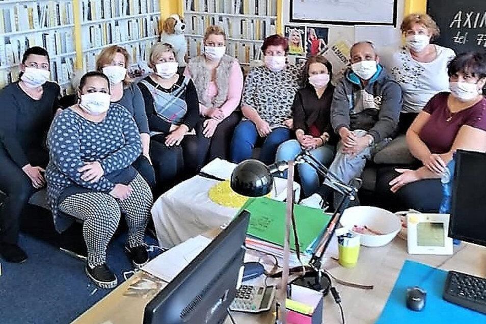 Mitarbeiter des Roma-Zentrums in Decin: Mundschutz nähen für ältere Menschen.
