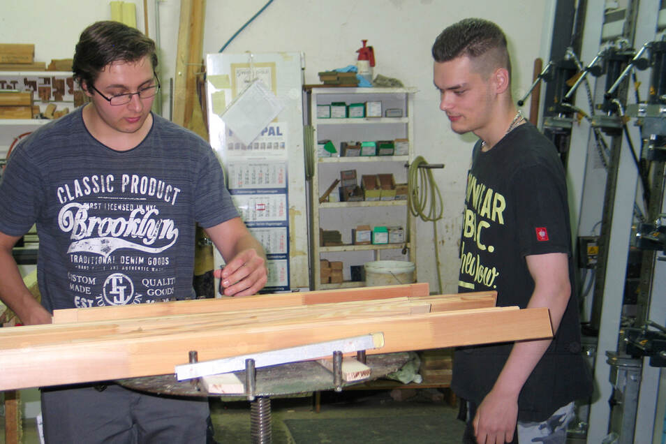 David Iffland (19/links), Azubi im 2. Lehrjahr, möchte sein Hobby zum Beruf machen und Tischler werden. Paul Zink (18) beginnt im August die Ausbildung in der Tischlerei Lehmann GmbH in Weißwasser und darf sich schon jetzt einarbeiten.