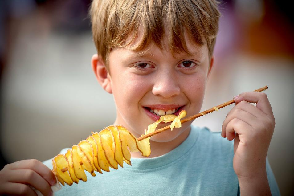 Luca kam mit seiner Familie aus Zittau zum Sommerfest. Für ihn war der Kartoffel-Twist der Renner.