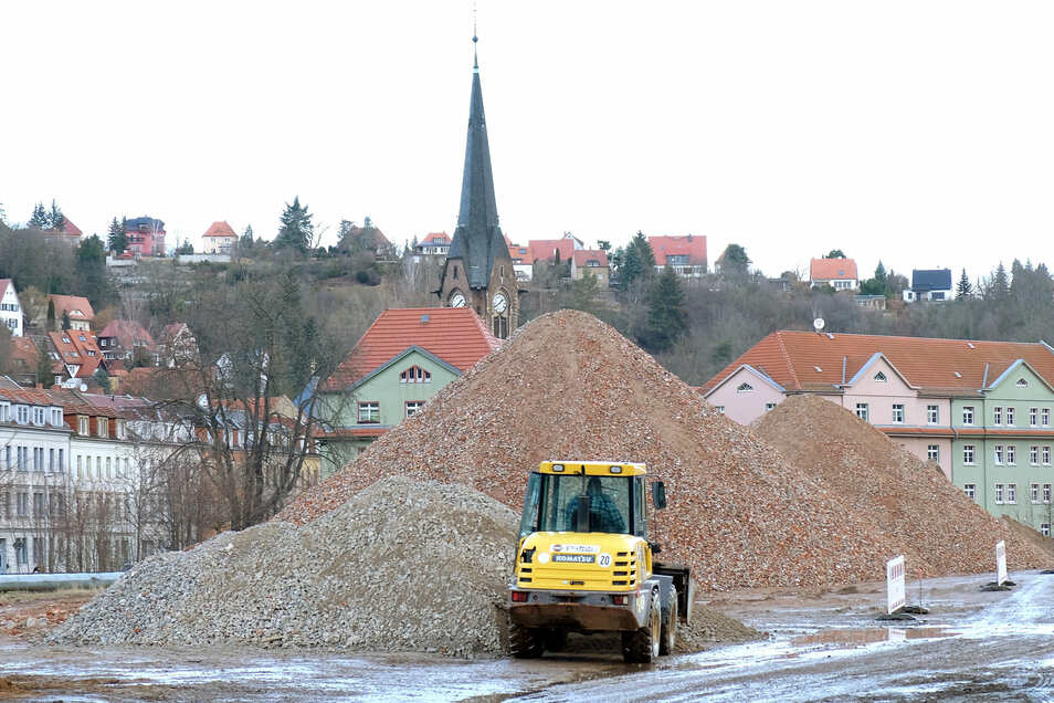 Derzeit prägen mächtige Bauschuttberge das Bild des alten Kohlelagerplatzes im Triebischtal.