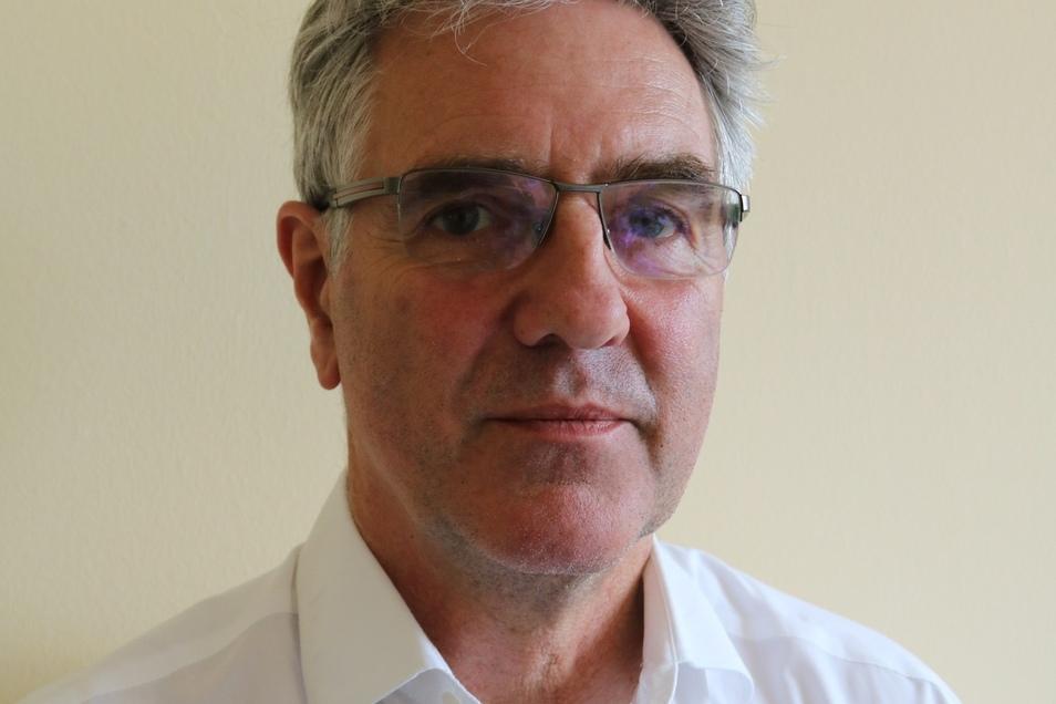 Thomas Raue (60) ist Diplom-Mediziner, er hat an der Humboldt-Universität in Berlin studiert und die Facharztausbildung für Hals-Nasen-Ohren-Heilkunde in Bautzen, Dresden und Görlitz absolviert. Er ist Chefarzt der HNO-Klinik an den Oberlausitz Kliniken B