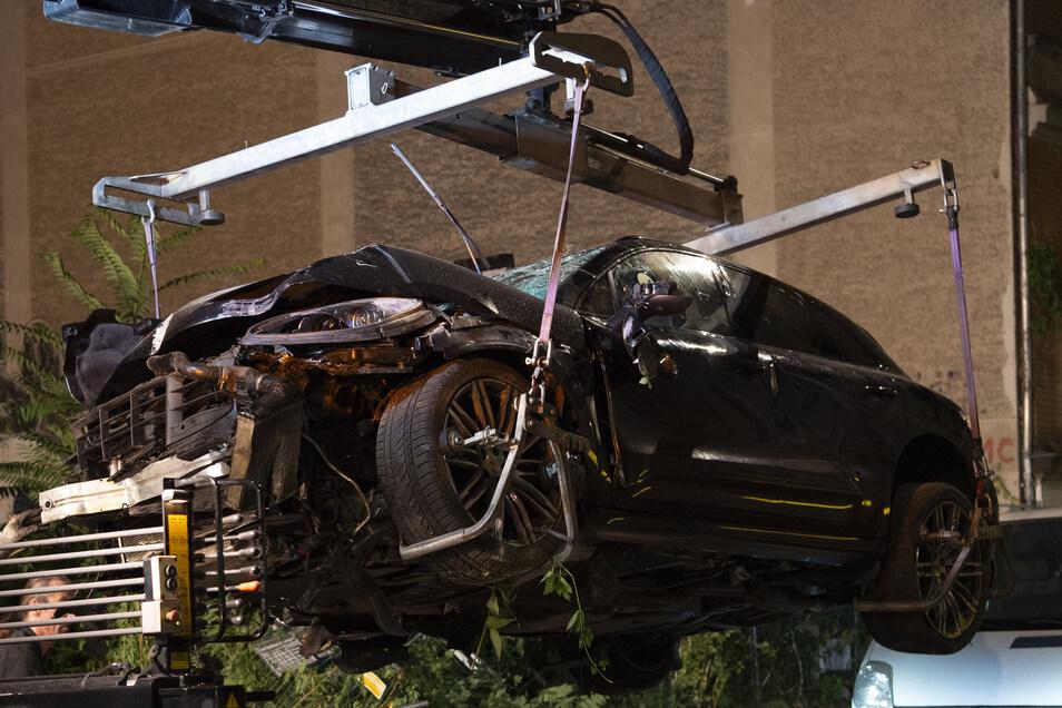 Der zerstörte SUV wird auf einen Abschleppwagen gehoben. In Berlin-Mitte war der Geländewagen über einen Gehweg und durch einen Bauzaun in ein Baugrundstück gerast und hatte dabei vier Passanten getötet.