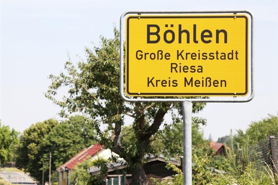 Böhlen liegt am südlichen Rand des Riesaer Stadtgebietes. Wer an dieser Stelle steht, hat die Mehltheuer Straße, die zum alten Bahnhof von Prausitz führt, im Rücken.