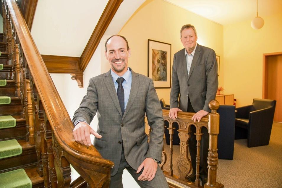 Jörg Kalbas (vorn) ist der neue Geschäftsführer der Gemeinnützigen Wohnungsbaugesellschaft Niesky. Er übernimmt von Wilhelm Fischer. Er geht jetzt in den Ruhestand.