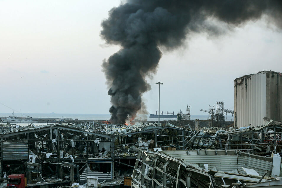 Dichter Rauch steigt in Beirut von der Stelle auf, an der sich die Explosion ereignete.