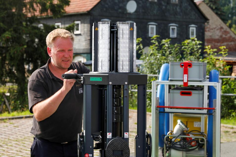 Gemeindewehrleiter Alexander Pollier erklärt die Funktionsweise des Lichtmasten.