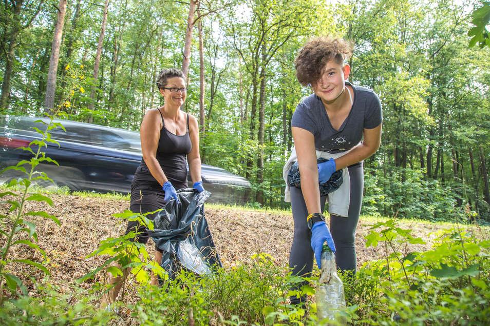 Phoebe und ihre Mutter Dana Preuß-Hoffmann sind regelmäßig in der Natur unterwegs, um den Müll anderer Leute einzusammeln.
