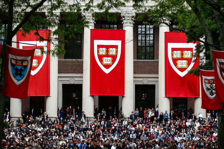 Studierende verfolgen Ende Mai 2019 die Rede von Bundeskanzlerin Merkel (CDU) in der Harvard Universität.