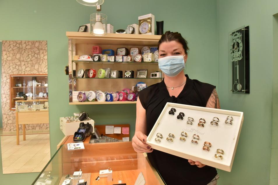 Yvonne Möbius berät derzeit viele Brautpaare. Da man jetzt ohne Test einkaufen kann, kommen viele Kunden zu ihr ins Juweliergeschäft Thorn.