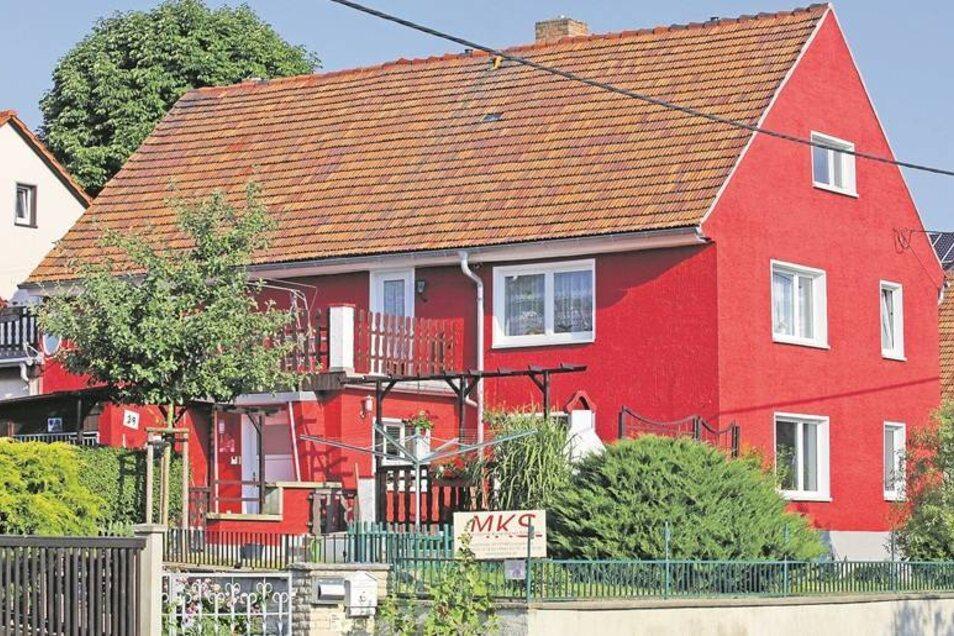 Ein kräftiges Rot schmückt dieses Haus an der Langebrücker Hauptstraße.