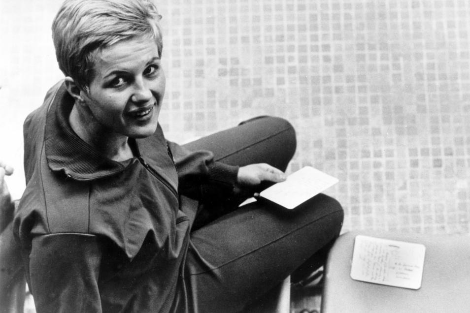 Postkartenschreiben am Tokioter Beckenrad: Wasserspringerin Ingrid Gulbin gewann bei Olympia 1964 in der japanischen Hauptstadt mit 21 Jahren ihr dritte Goldmedaille. Der Empfang danach war eher nüchtern – ganz anders als vier Jahre zuvor.