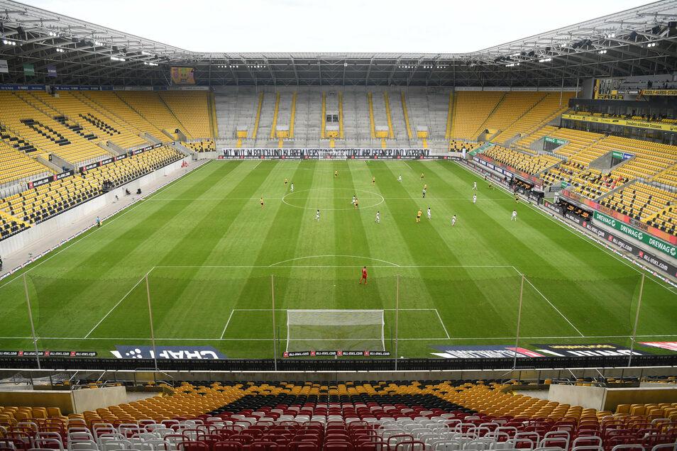 Neue Normalität in Corona-Zeiten: ein Geisterspiel im Dresdner Rudolf-Harbig-Stadion. Die große Frage bleibt: Wann dürfen auch wieder Fans dabei sein?