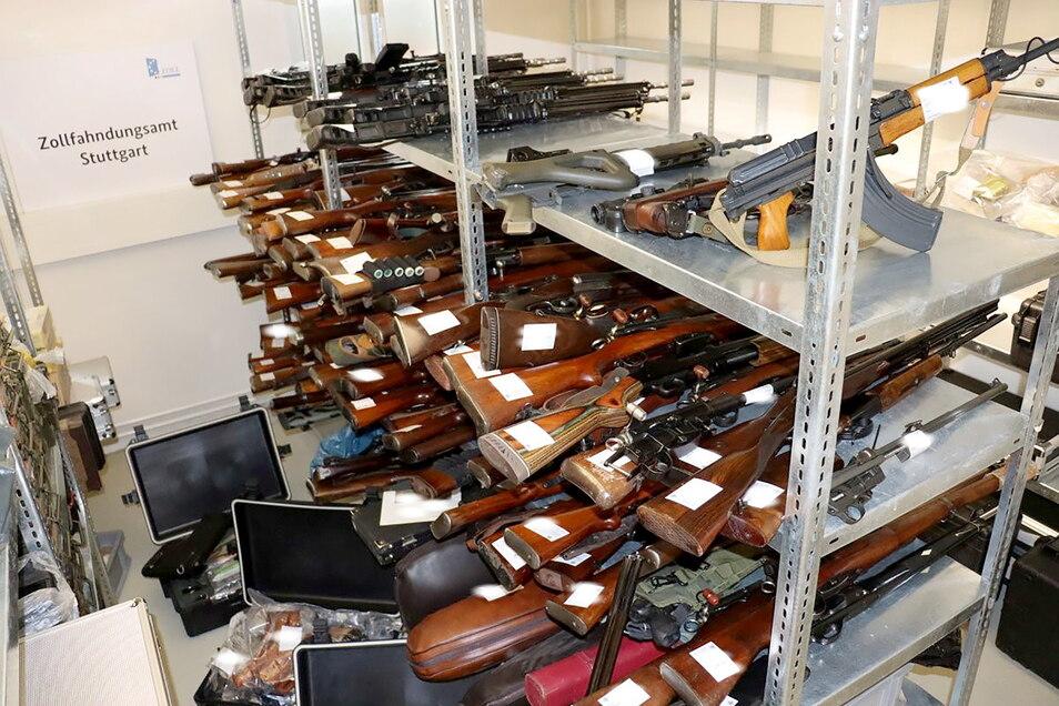 Ein Waffenarsenal mit 270 Waffen liegt in einer Kammer beim Zollfahndungsamt. Entdeckt wurden die Zivil- und Kriegswaffen bei einem Jäger in einem Privathaus.