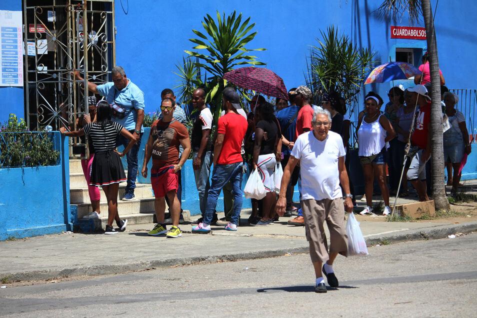 Menschen stehen am 24. April 2019 vor einem Geschäft in der kubanischen Hauptstadt Havanna an, um einzukaufen.