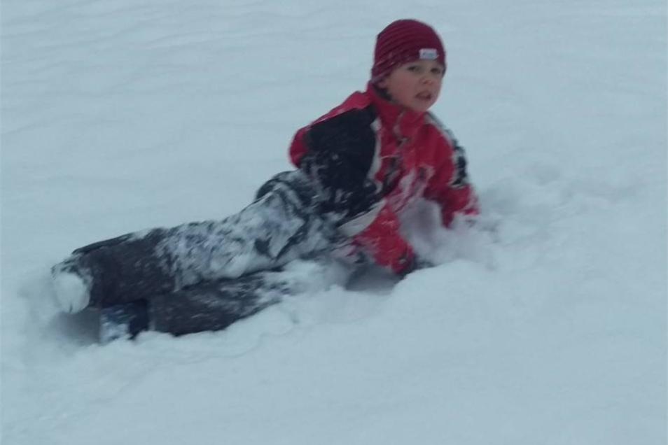 Nico genießt den Schnee in Bischofswerda.