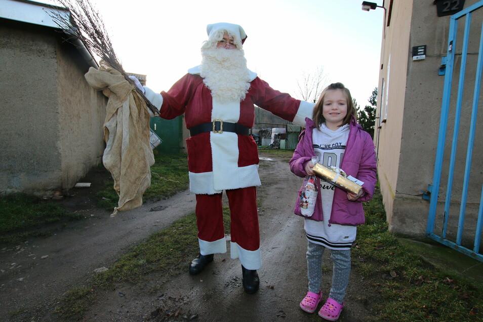 Nachdem sie ein Gedicht aufgesagt hatte, bekam Amy vom Weihnachtsmann (Joachim Hache) einen Wunsch erfüllt, den sie zuvor in den Wunschbriefkasten am Rathaus gesteckt hatte.