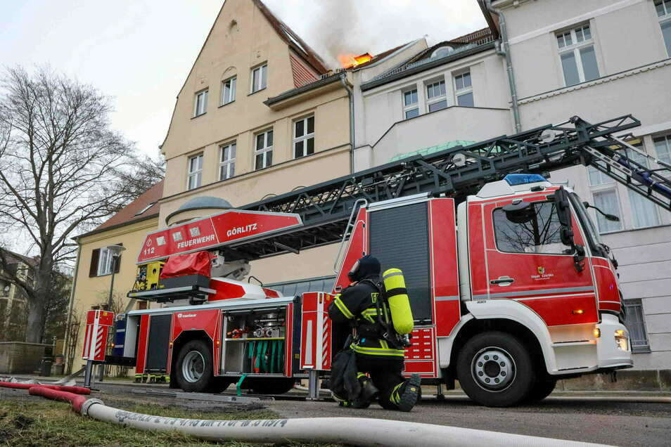 Die Feuerwehr löschte am Mittwochnachmittag einen Brand im Dachgeschoss eines Mehrfamilienhauses in der Heynestraße in Görlitz.