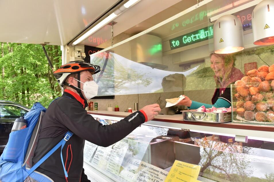 Christian Kohser aus Oelsa kauft Crepes für den Nachwuchs. Zusammen mit seiner Familie hat er eine Radtour durch den Rabenauer Grund gemacht.