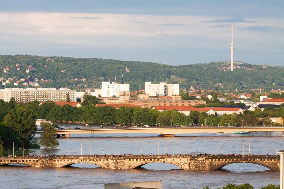 Knapp unter den Brückenbögen stand die Elbe bei der Juniflut 2013. Auch damals hatte es zuvor besonders stark geregnet.