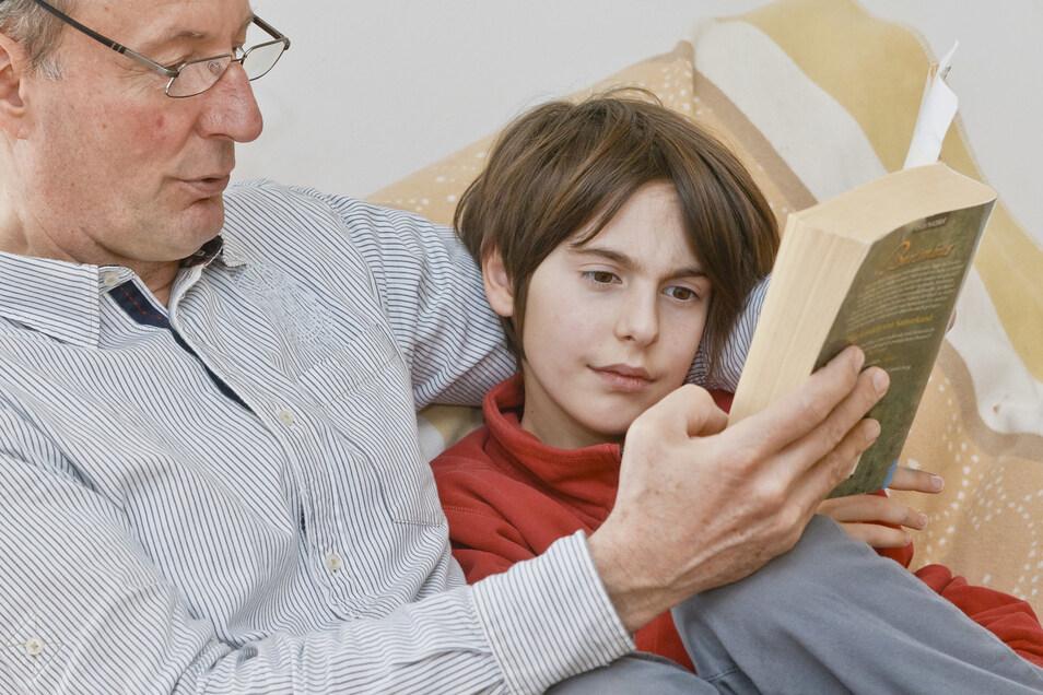 Der Lesestoff sollte die Interessen des Kindes treffen - dann macht auch gegenseitiges Vorlesen Spaß.