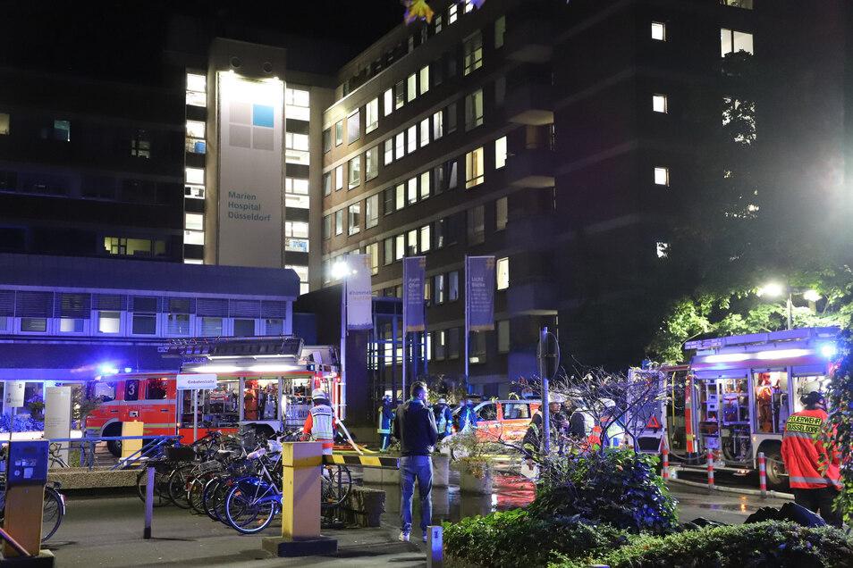Der Brand war in einem Patientenzimmer ausgebrochen, die Ursache ist bislang unklar.