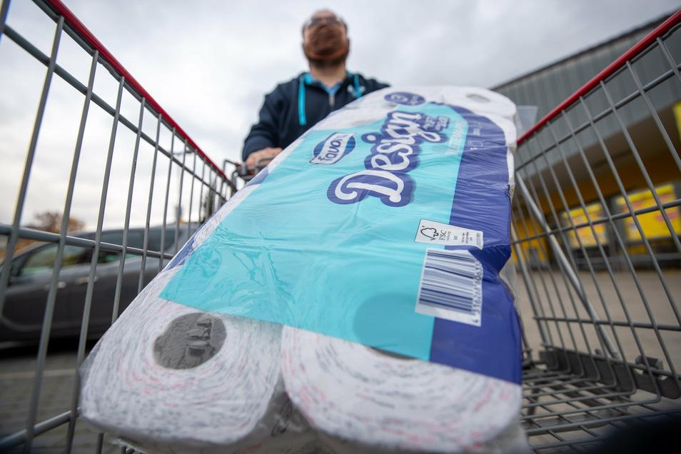 Derzeit wieder wird wieder öfter gekauft als gebraucht: Toilettenpapier. Wie hier in Heidenau gibt es deshalb oft Rationierung.