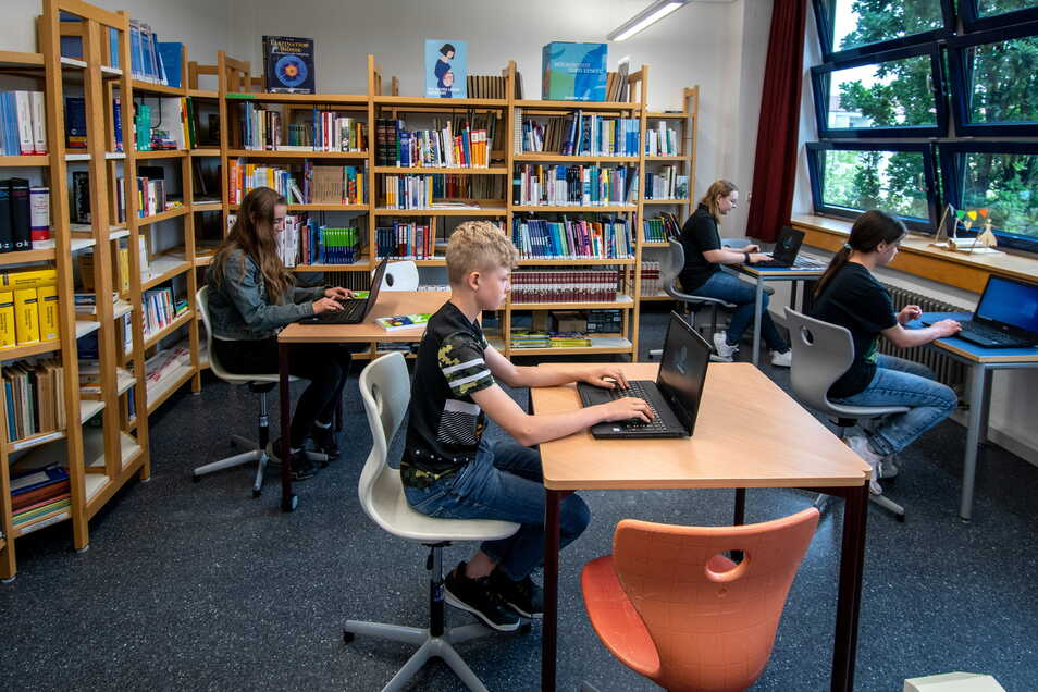 Die Bibliothek bietet Schülern ebenfalls Platz für Arbeiten an den neuen Laptops.