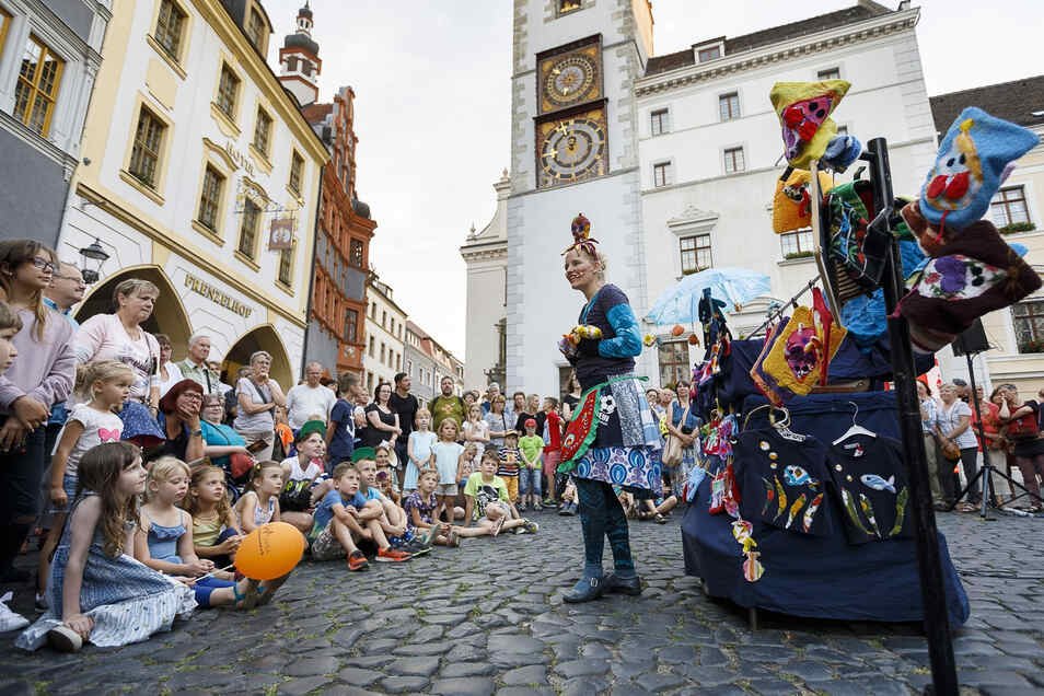 Straßentheater bezaubert immer wieder Kinder und Erwachsene. Hier Lucy Lou 2018 auf dem Görlitzer Untermarkt.