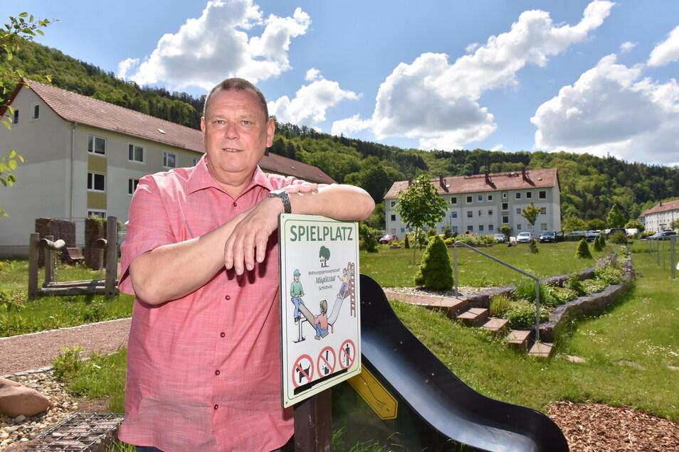 Steffen Schneider, Vorstand der Wohnungsgenossenschaft Müglitztal mit Sitz in Schlottwitz, freut sich über den Abschluss der Arbeiten im Außengelände.