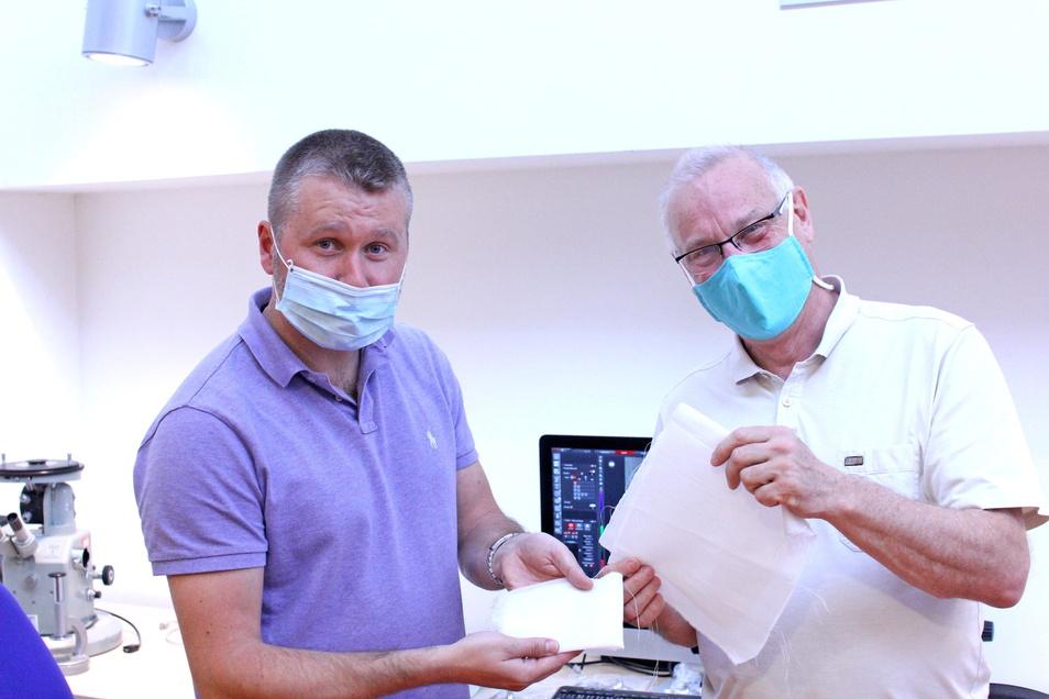 Die beiden Wissenschaftler Petr Louda und Jirí Chvojka sind mit dem neuen Material für die Masken zufrieden. Foto: TU Liberec