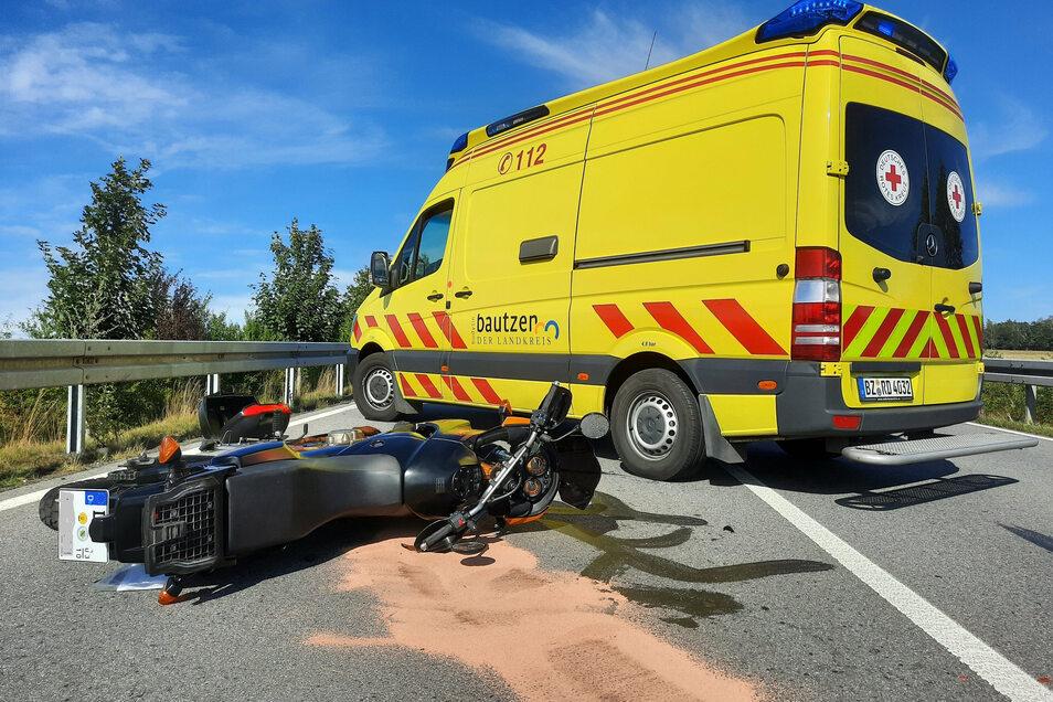 Ein Motorradfahrer stürzte am Donnerstagnachmittag am Kreisverkehr am Eierberg bei Pulsnitz.