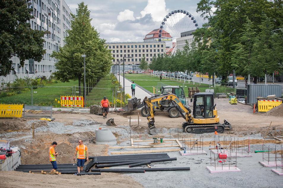Dresdner Monteure verlegen derzeit Leitungen für den geplanten Schalenbrunnen